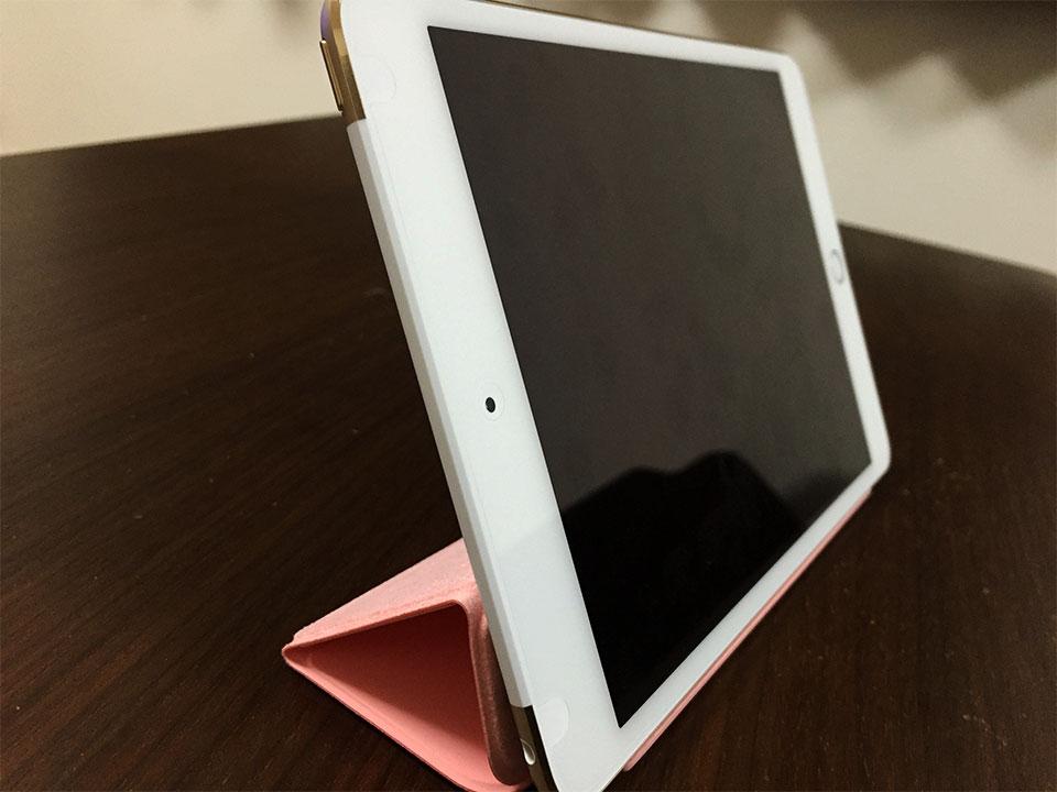 iPad mini 4をSmart Coverを使って立てたところ