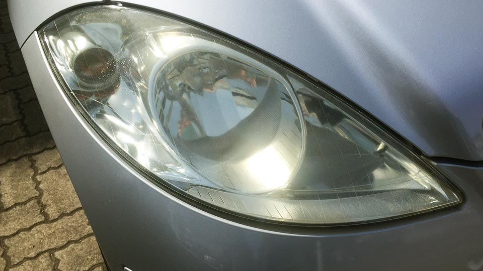 ピカール(PIKAL)で磨いた車のヘッドライト(使用前)
