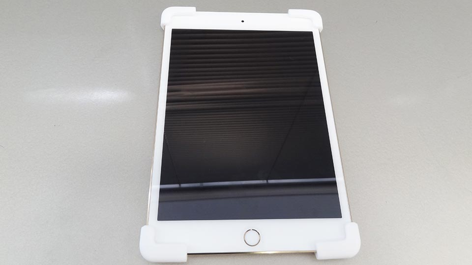 Palmo for All iPad mini 1/2/3/4をiPad mini 4に取り付け、四角をしっかり保護