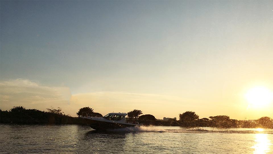 船と一緒_葛西臨海公園東京水辺ライン夕暮れ時