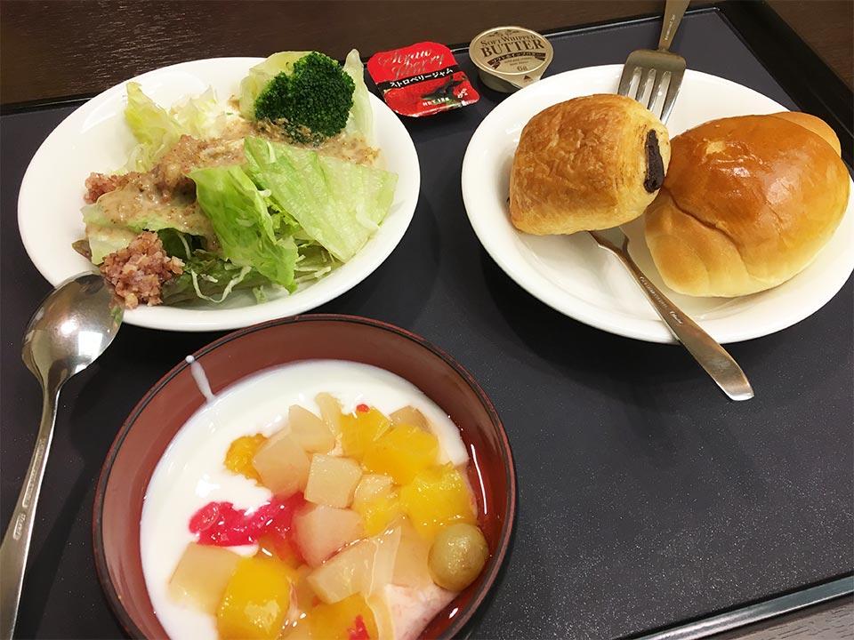 ホテルゆもと登別_朝食ヨーグルトフルーツカクテルロールパン野菜