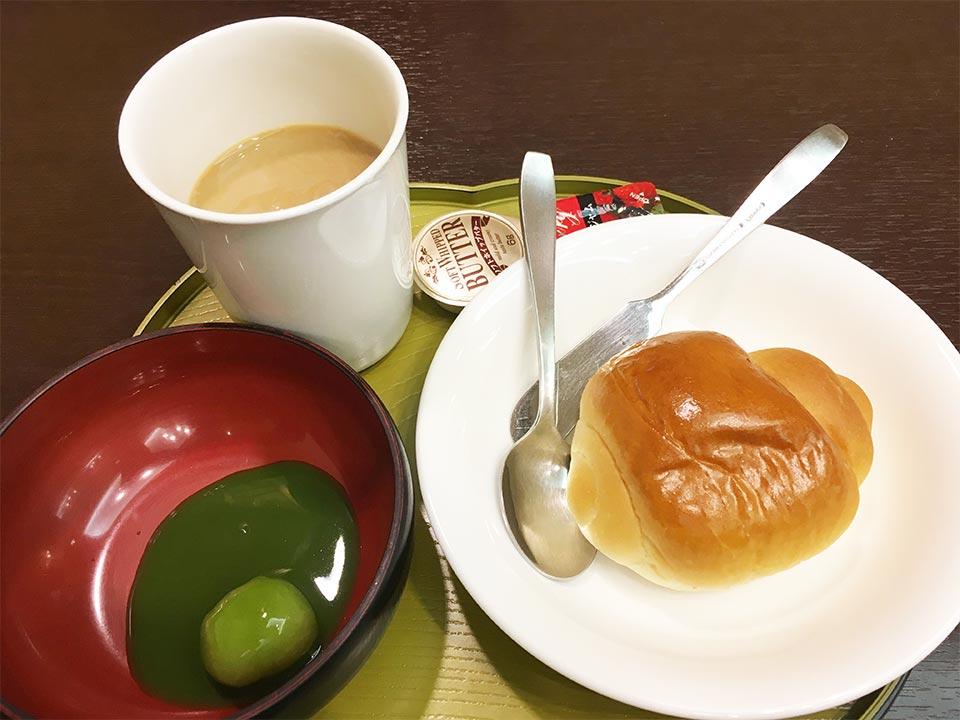ホテルゆもと登別_朝食_おしることロールパン_コーヒー