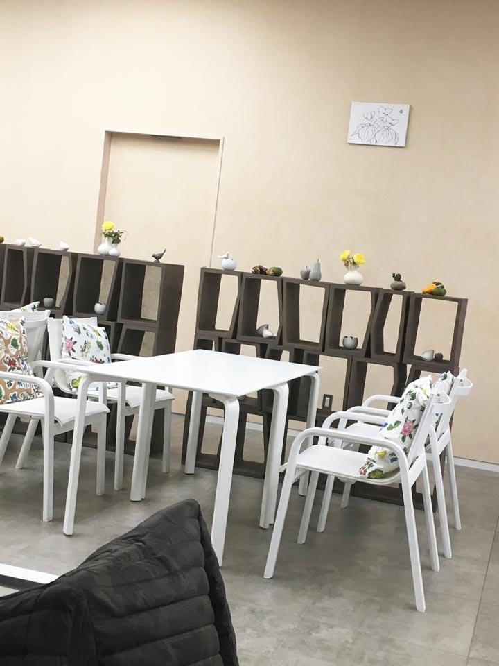 六花亭札幌店2階カフェ店内テーブルとイス