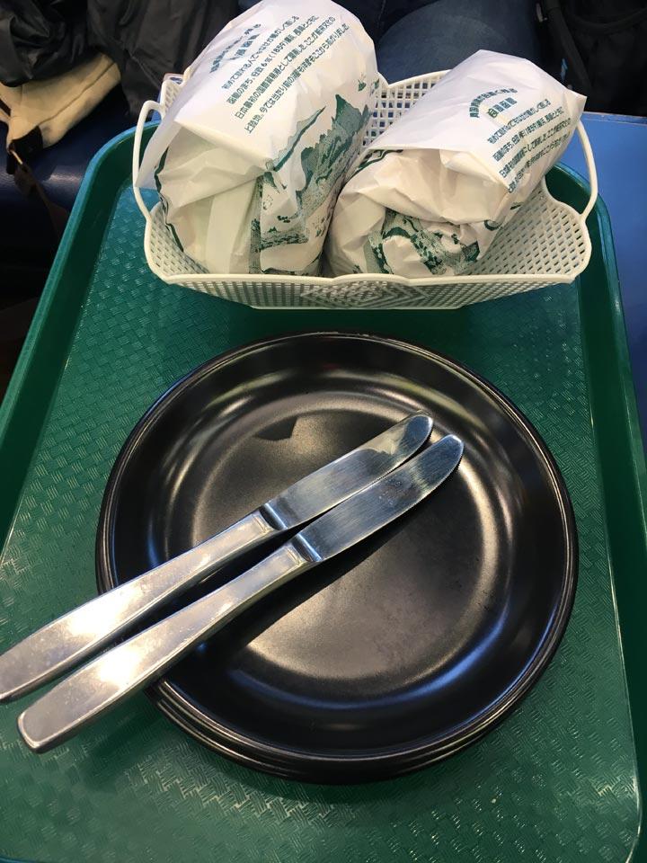 ラッキーピエロ_ラッキーピエロチャイニーズチキンバーガーとラッキーエッグバーガーそしてナイフ