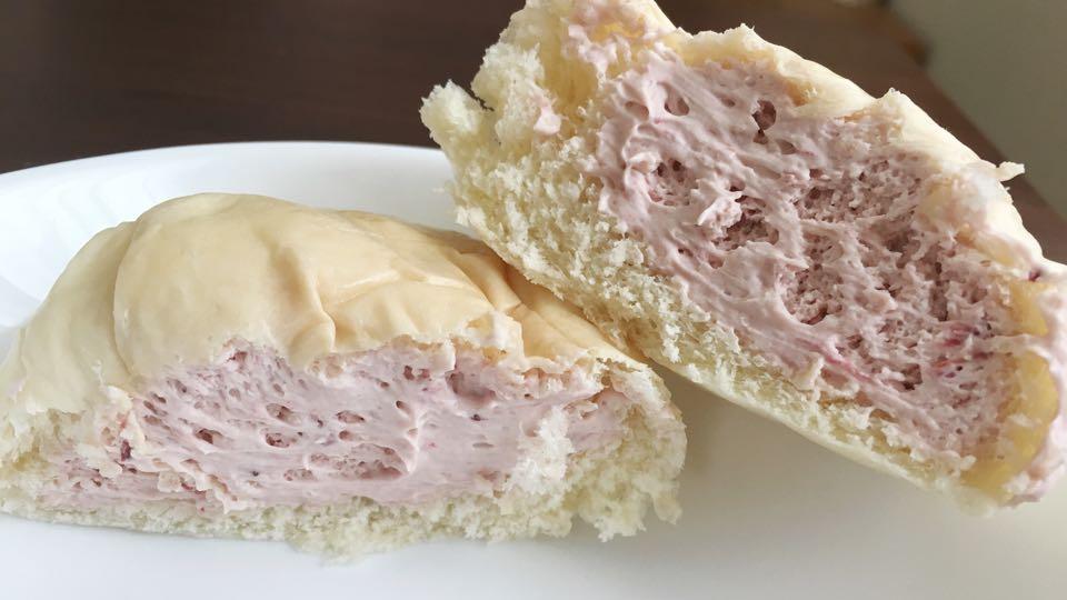 2分割_清水屋いちごクリームパン中身